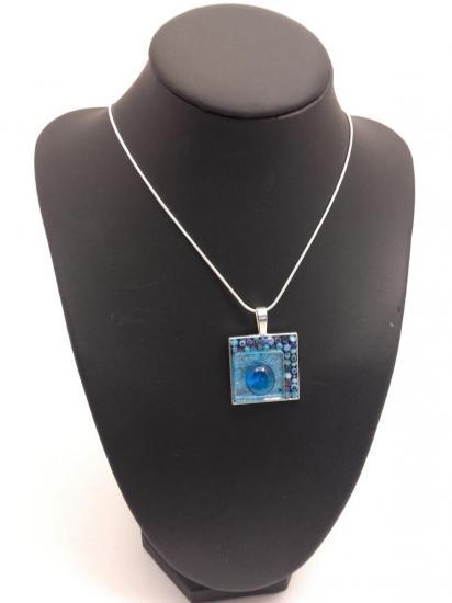 pendentif bleu en millefiori et émaux de verre