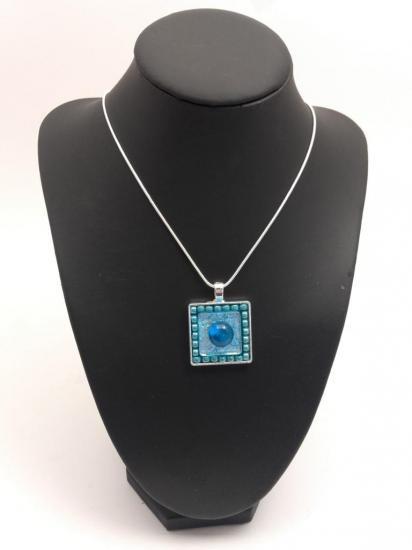 Pendentif turquoise en émaux et perles de verre