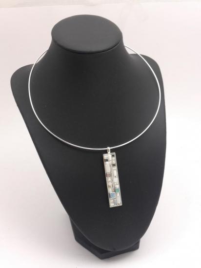 Pendentif blanc et argent en émaux et perles de verre